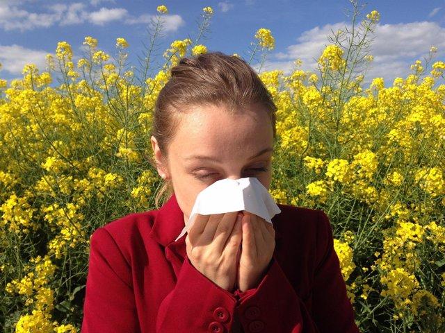 Una mujer con alergia
