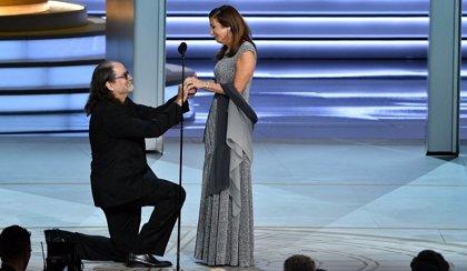 El mejor momento de los Emmy 2018: El director Glenn Weiss pide matrimonio a su novia en plena ceremonia