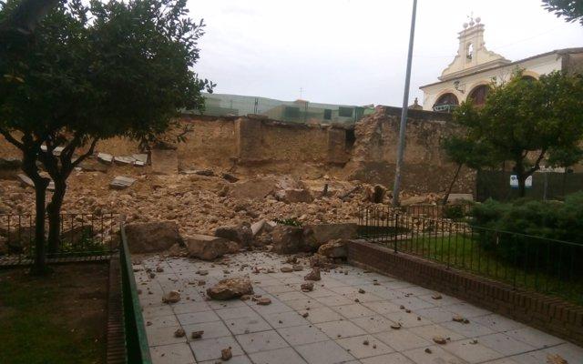 Cae parte del muro del Patio de Los Silos de Burjassot por las fuertes lluvias