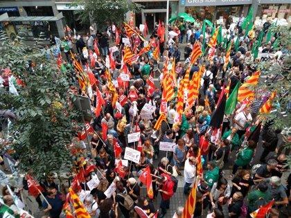 Más de un centenar de sindicalistas se concentran durante la reunión de la mesa pública