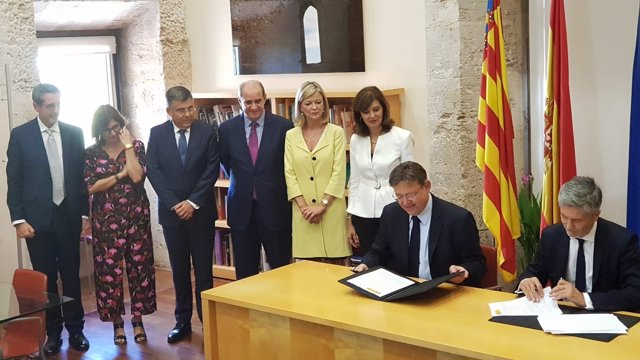 Firma del convenio entre Interior y la Generalitat