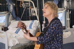 Marina Rossell actua per a pacients de l'Hospital de Bellvitge en el marc del projecte 'Música en Vena' (ACN)