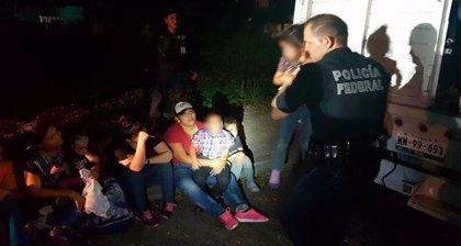 Rescatan en México a 124 migrantes en tres camiones de carga