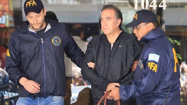 Oscar Thomas siendo detenido en Buenos Aires