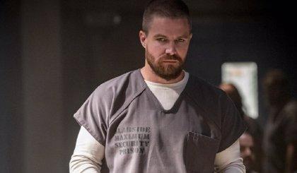 Arrow: Oliver se pelea con varios reclusos en las nuevas imágenes de la 7ª temporada