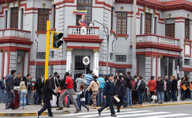 Inmigrantes venezolanos frente a su embajada en Lima, Perú.