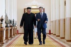 Kim i Moon signen un acord després de la cimera celebrada a Pyongyang (REUTERS / HANDOUT .)