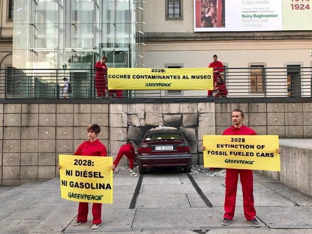 "Greenpeace ""lanza"" un coche al Museo Reina Sofía de Madrid"