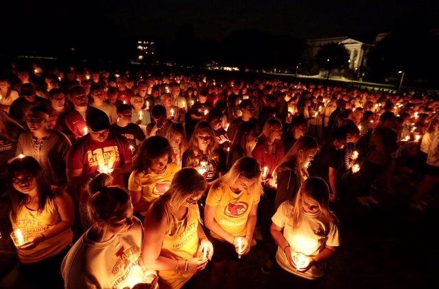 Cientos de estudiantes hacen una  Iowa State en recuerdo de Cecilia Barquin
