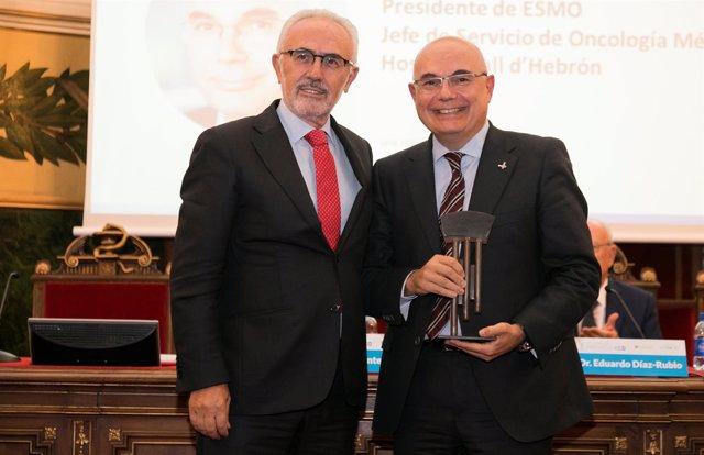 A la izq-, el doctor Josep Tabernero, durante los Premios ECO 2018