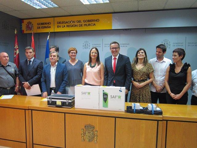 El delegado del Gobierno posa con los alcaldes y concejales