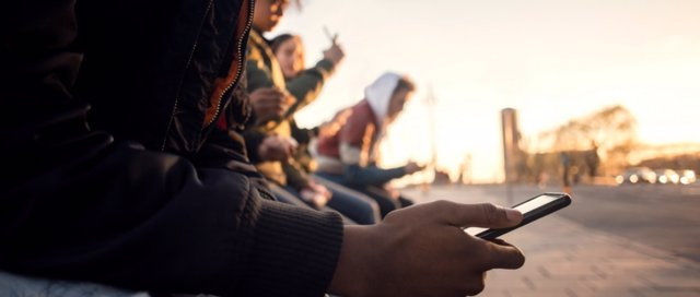 Adolescentes usando un móvil