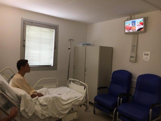 TV en habitación de hospital, paciente