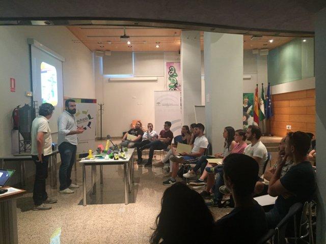 El coordinador del IAJ, Alberto Mayoral, visita un taller
