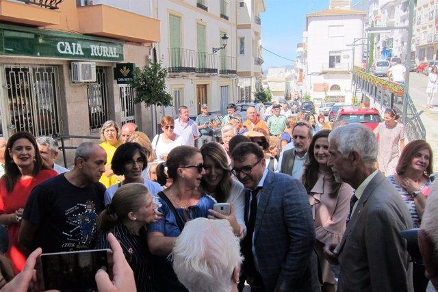 Díaz, junto al alcalde de Castillo de Locubín, se hace un selfi con una vecina.