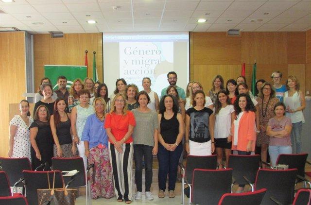 Autoridades y participantes en las jornadas 'Género y Migra-acción'