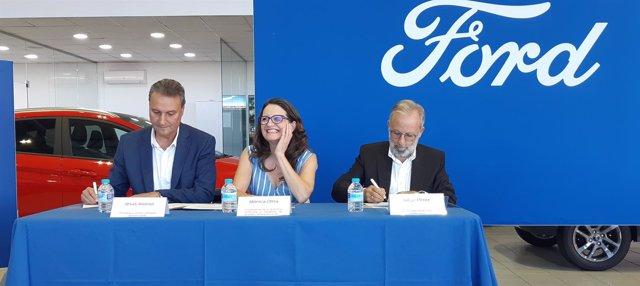 Firma del convenio entre Ford e Igualdad