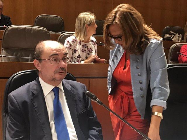 Javier Lambán, junto a Mayte Pérez en el pleno de las Cortes de Aragón
