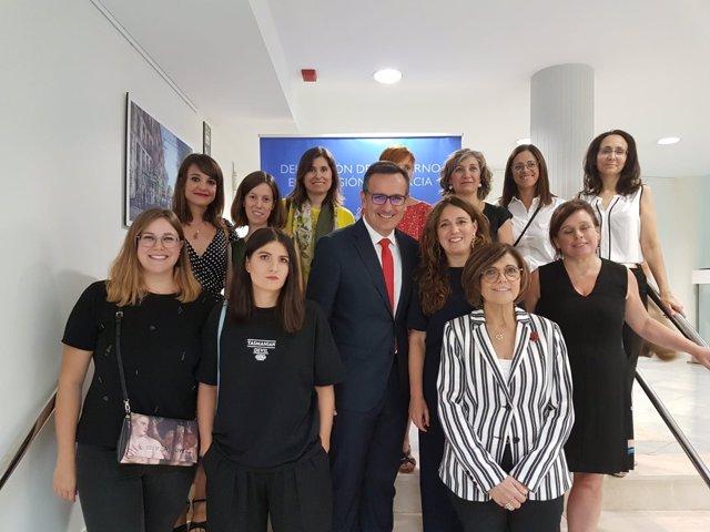 Diego Conesa inaugura la exposición MiradA de ArtistA