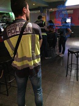 Agentes de la Policía en un local de alterne de León
