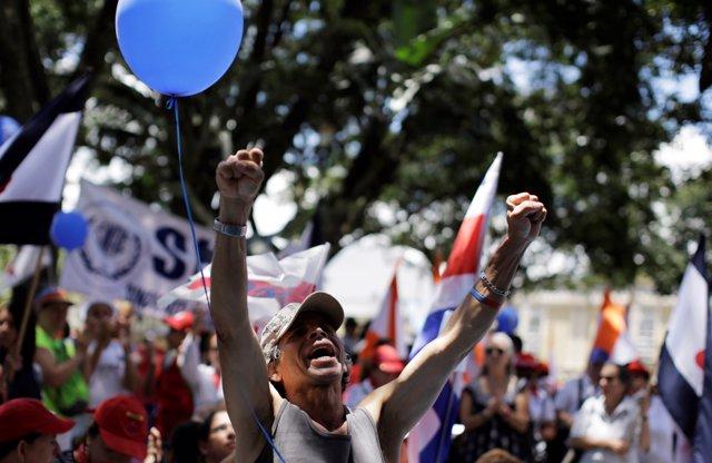 Trabajador del sector público durante la huelga