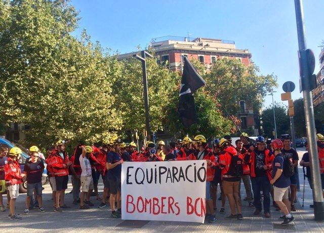 Concentración de Bombers de la Generalitat ante Interior por sus condiciones