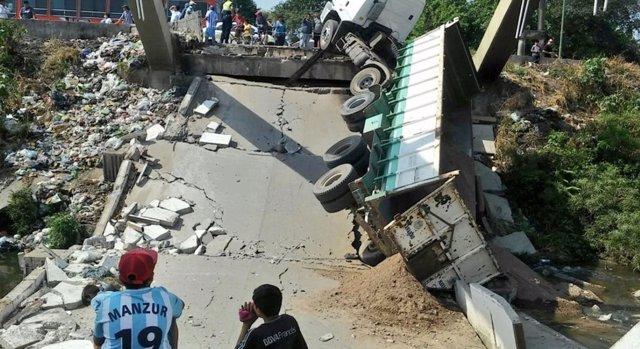 Puente derrumbado en Argentina