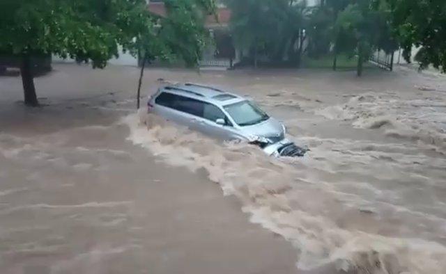 Vehículo arrastrado por las inundaciones en Sinaloa.
