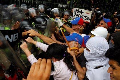 Venezolanos bloquean calles en zonas de la frontera con Colombia en protesta por la escasez de gasolina