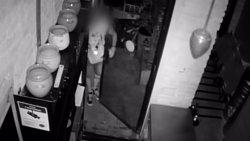 Detingut un lladre que trencava aparadors amb tapes de claveguera a Barcelona (MOSSOS D'ESQUADRA)