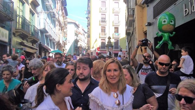 La presidenta del PPN, Ana Beltrán, atiende a los medios en la Plaza Navarrería