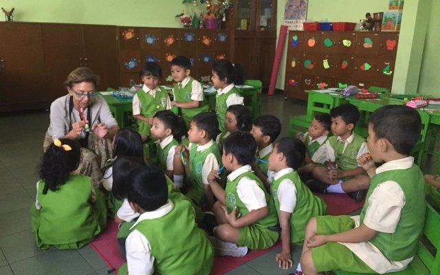 Una higienista de Alovera participa lleva la atención bucodental a Indonesia