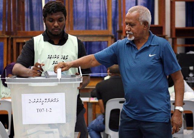 Un hombre vota en las elecciones presidenciales en Maldivas