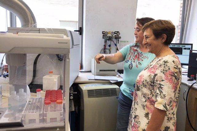 Visita de la consejera a las instalaciones del laboratorio de Salud Pública