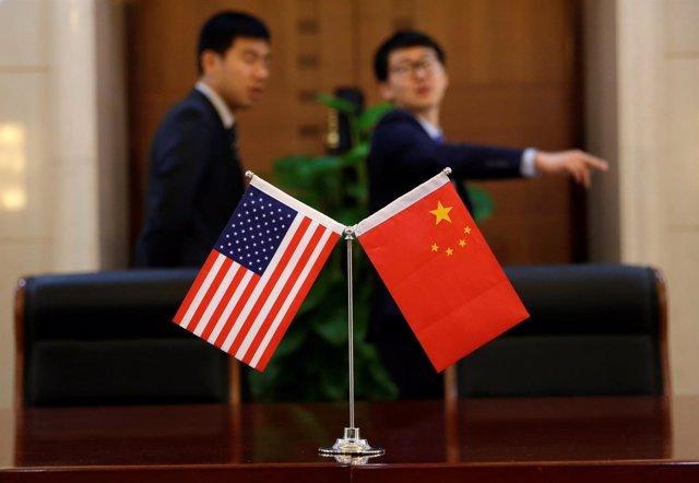 Banderas de China y Estados Unidos.