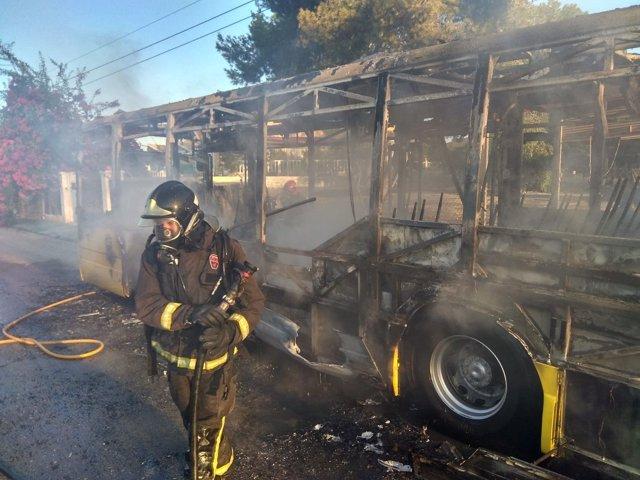 Imagen del autobús incendiado