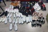Foto: Policía Local de Cartagena decomisa 56 pares de zapatillas de imitación en el mercadillo de Cabo de Palos