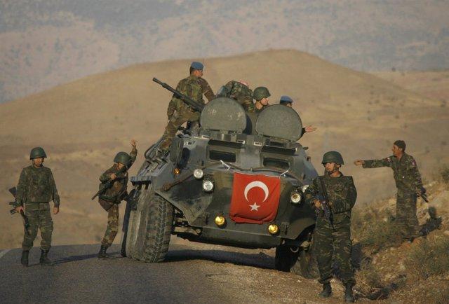 Militares turcos de patrulla en busca de guerrilleros del PKK