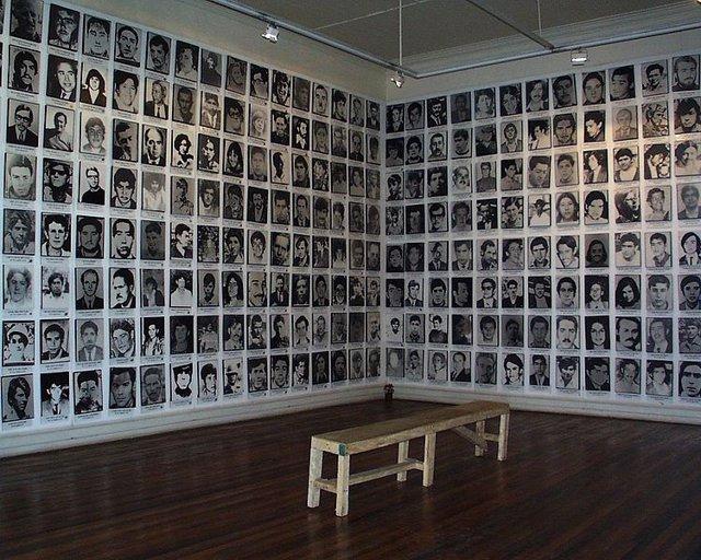 Fotografías de personas desaparecidas tras el golpe de estado de 1973 en Chile.