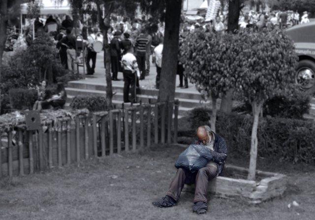 Un indigente en un parque