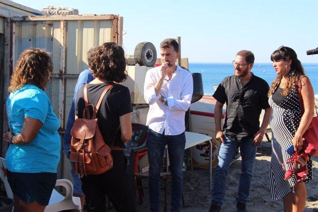 Antonio Maíllo (IU) y Teresa Rodríguez (Podemos) con pescadores