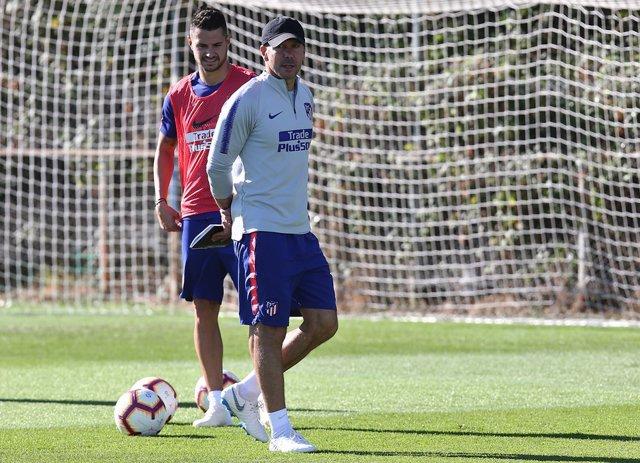 Simeone junto a Vitolo en un entrenamiento del Atlético