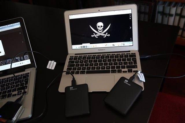 Imagen de un ordenador con una web de descargas ilegales