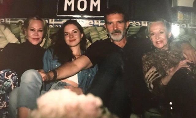 Antonio Banderas foto cumpleaños Stella del Carmen, Melanie Griffith y Tippi Hed
