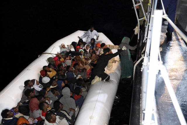 Migrantes rescatados por los guardacostas libios