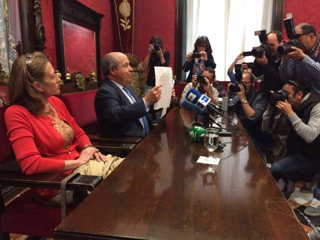 Alcalde de Granada e Isabel Nieto mostrando su renuncia tras la operación nazarí