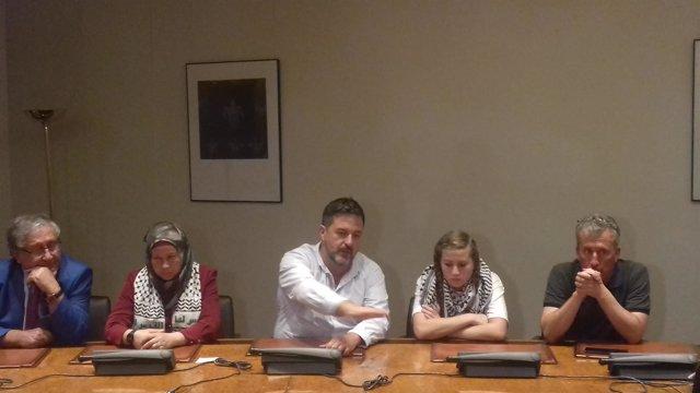 La activista palestina Ahed Tamimi y sus padres en un acto en el Congreso