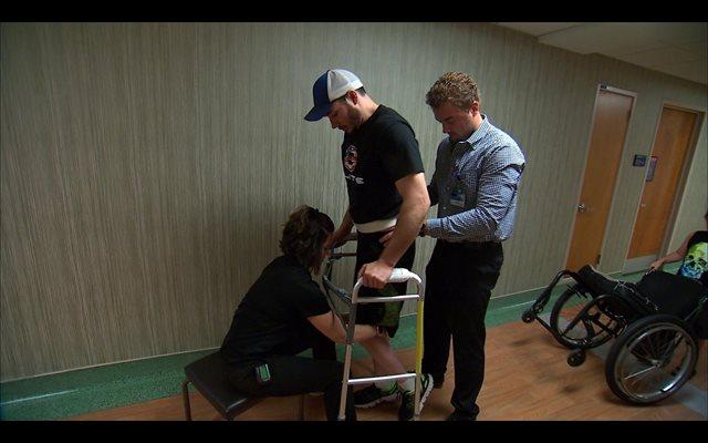 Un parapléjico consigue volver a caminar gracias a estimulación eléctrica en su médula espinal