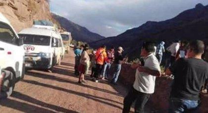 Al menos siete muertos y 15 heridos al precipitarse un autobús por un barranco en Perú