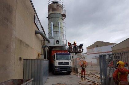 Sucesos.- Declarado un incendio en un silo de serrín de una fábrica de madera en Alcàsser
